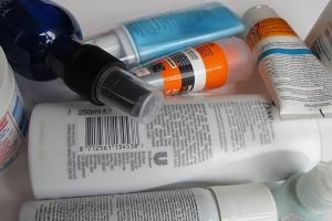 verschiedene Hautpflegeprodukte für Männer